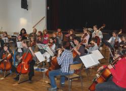 Stage d' Initiation aux instruments à cordes   (violon, alto, violoncelle et contrebasse) avec une quinzaine d' enfants d' Angliers.   Issus principalement de l' Ecole Primaire des Tilleuls, les jeunes stagiaires   se joindront à l' Orchestre de l'Ecole de Cordes du Loudunais à l'occasion de  notre concert du 13 Décembre 2009 au Pavillon du Québec à Angliers. à 35 km de Thouars, à 10 km de Loudun, à 65 km de poitiers, à 40 km de Parthenay, à 20 km d'Airvault, à 40km de Bressuire.
